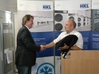 """...und erhält den berühmten """"Fuldaer Rucksack"""" von Regionalmanager Christoph Burkard."""